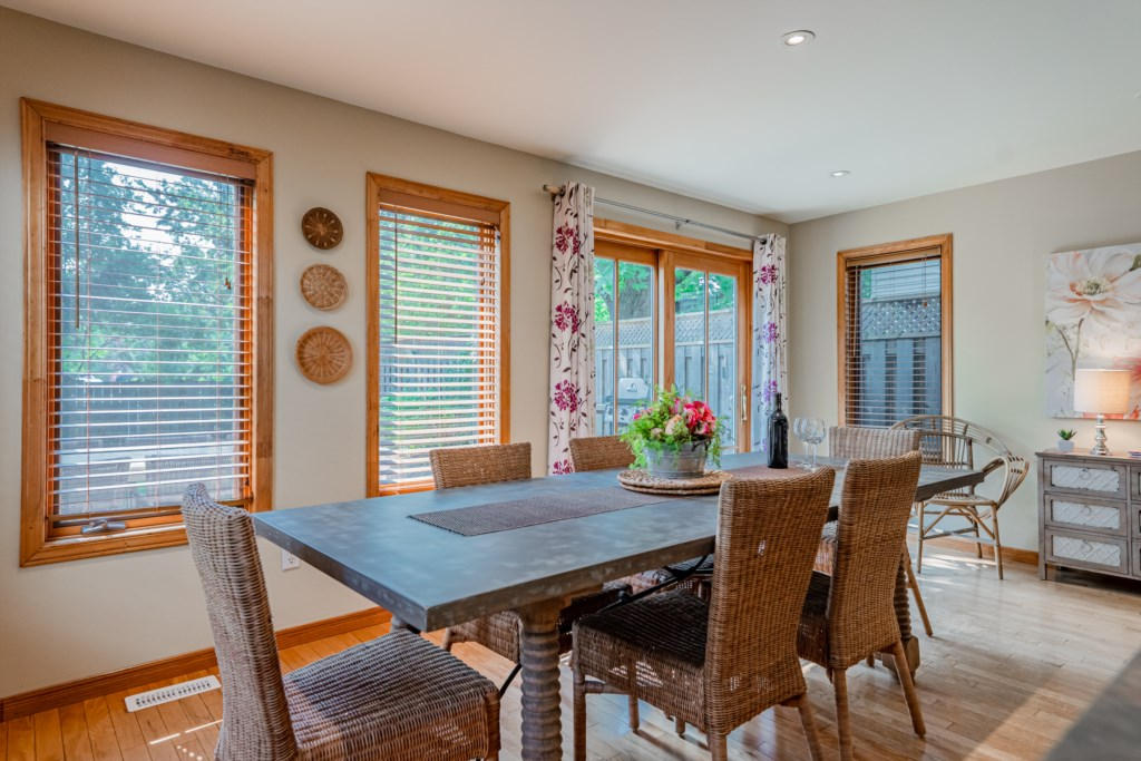 Dining table with access to deck and backyard - Summerhill House - Niagara-on-the-Lake