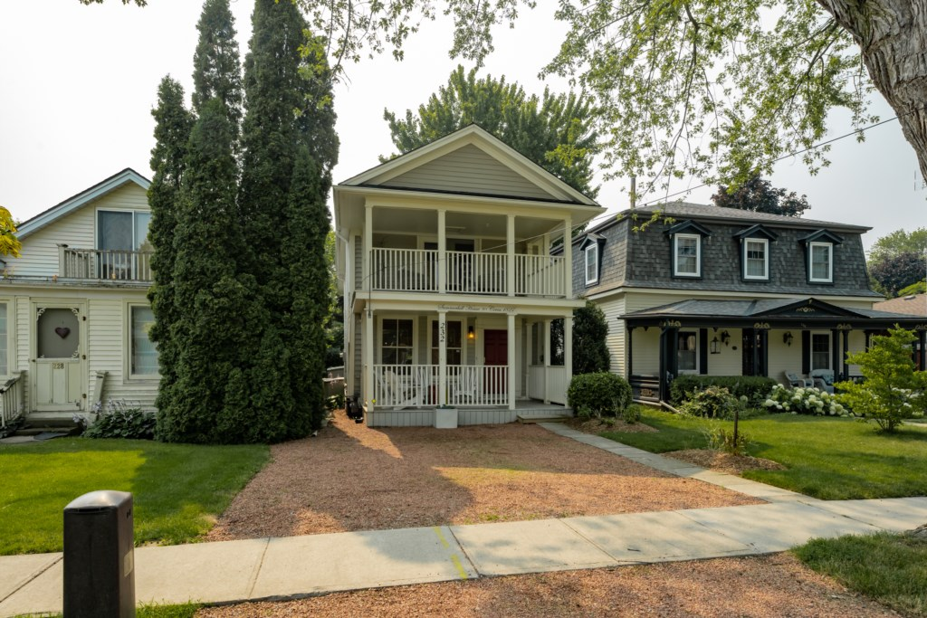 Parking for 2 to 3 cars - Summerhill House - Niagara-on-the-Lake