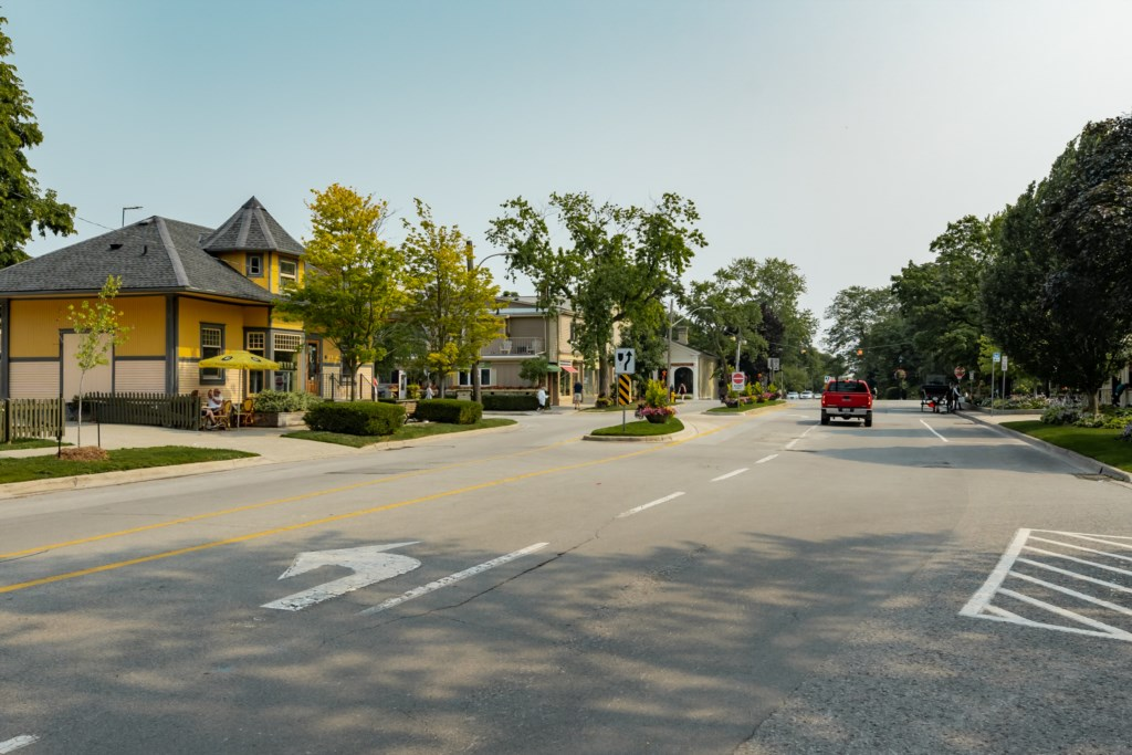 View of King Street. Balzacs Coffee Shop across the street - Summerhill House - Niagara-on-the-Lake