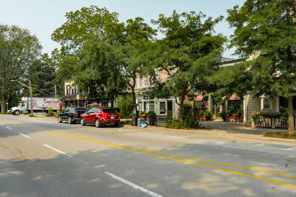 View of King Street. Irish Harp pub on the corner - Summerhill House - Niagara-on-the-Lake
