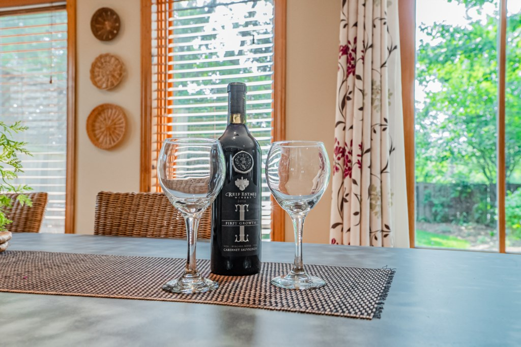 Enjoy local wines at the many indoor and outdoor seating areas in the house - Summerhill House - Nia