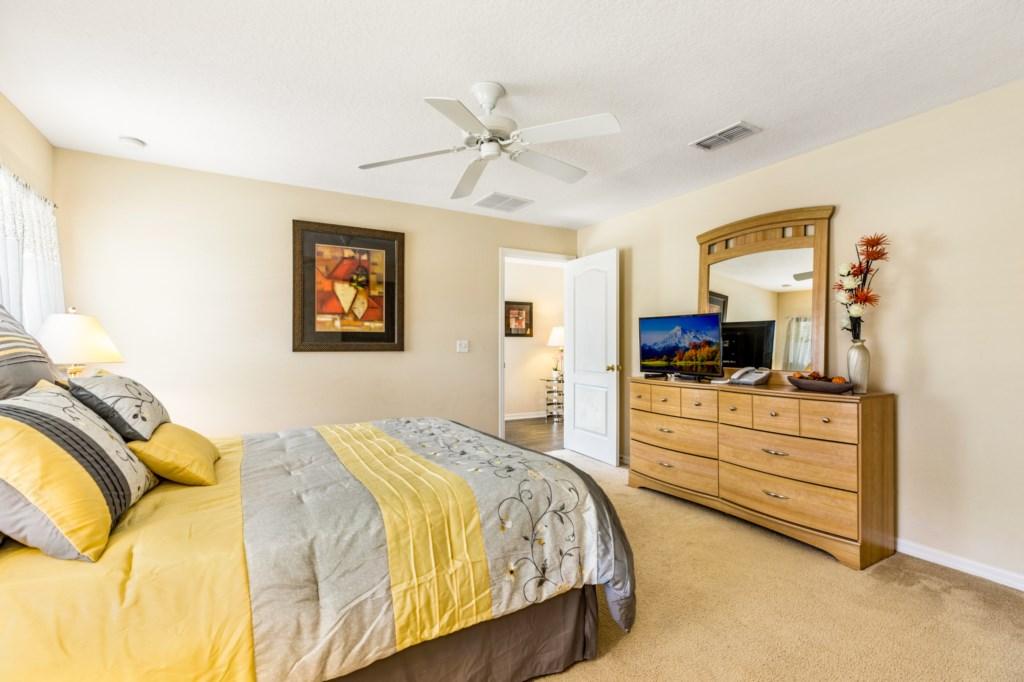 Queen Bed with TV & en-suite bathroom