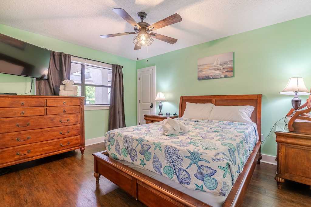 Bedroom 2 - offers a queen bed, attached bath