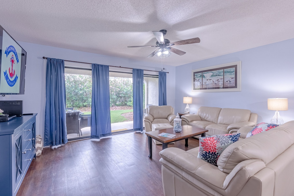 Large spacious living room w/ plenty of seating
