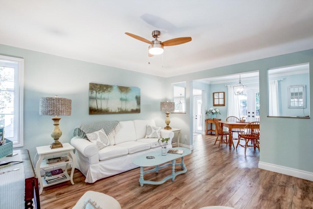 Bright Open Concept Living Room - Blue Pearl - Niagara Holiday Rentals - Niagara-on-the-Lake