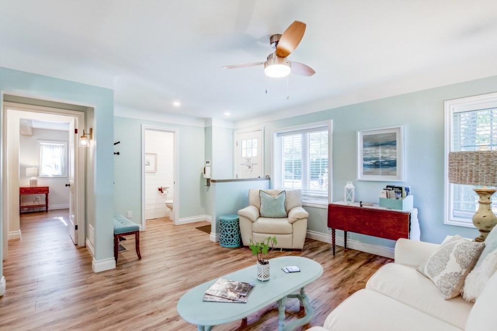 Bright, Spacious Living Room - Blue Pearl - Niagara Holiday Rentals - Niagara-on-the-Lake