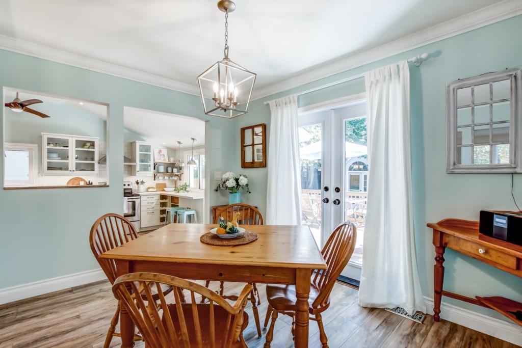 Dining Room - Blue Pearl - Niagara Holiday Rentals - Niagara-on-the-Lake