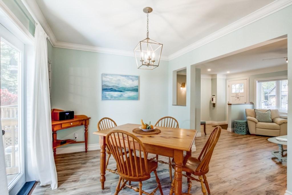 Dining Table seats 4 - Blue Pearl - Niagara Holiday Rentals - Niagara-on-the-Lake