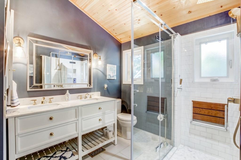Mainfloor Bathroom - Blue Pearl - Niagara Holiday Rentals - Niagara-on-the-Lake