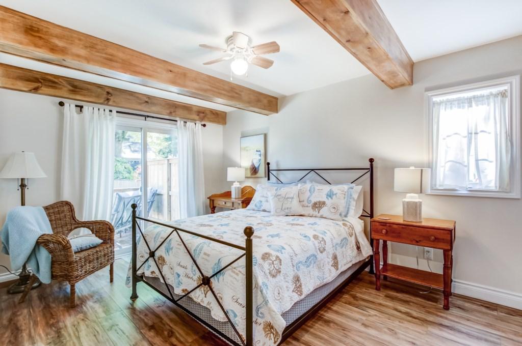 Mainfloor Queen Bedroom - Blue Pearl - Niagara Holiday Rentals - Niagara-on-the-Lake