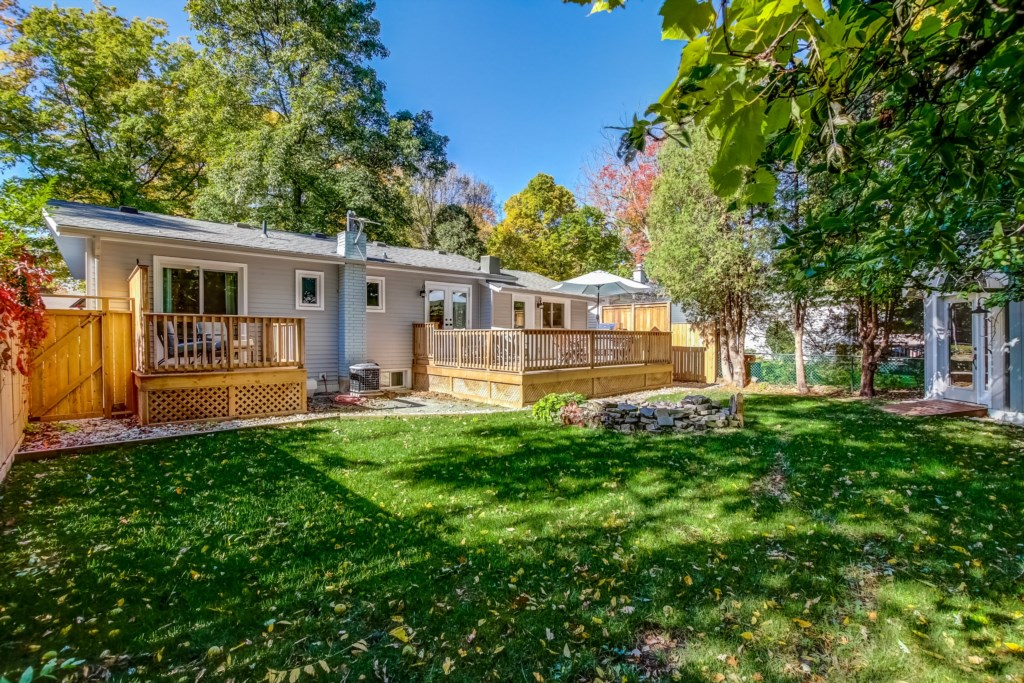 Large Backyard with Two Decks - Blue Pearl - Niagara Holiday Rentals - Niagara-on-the-Lake