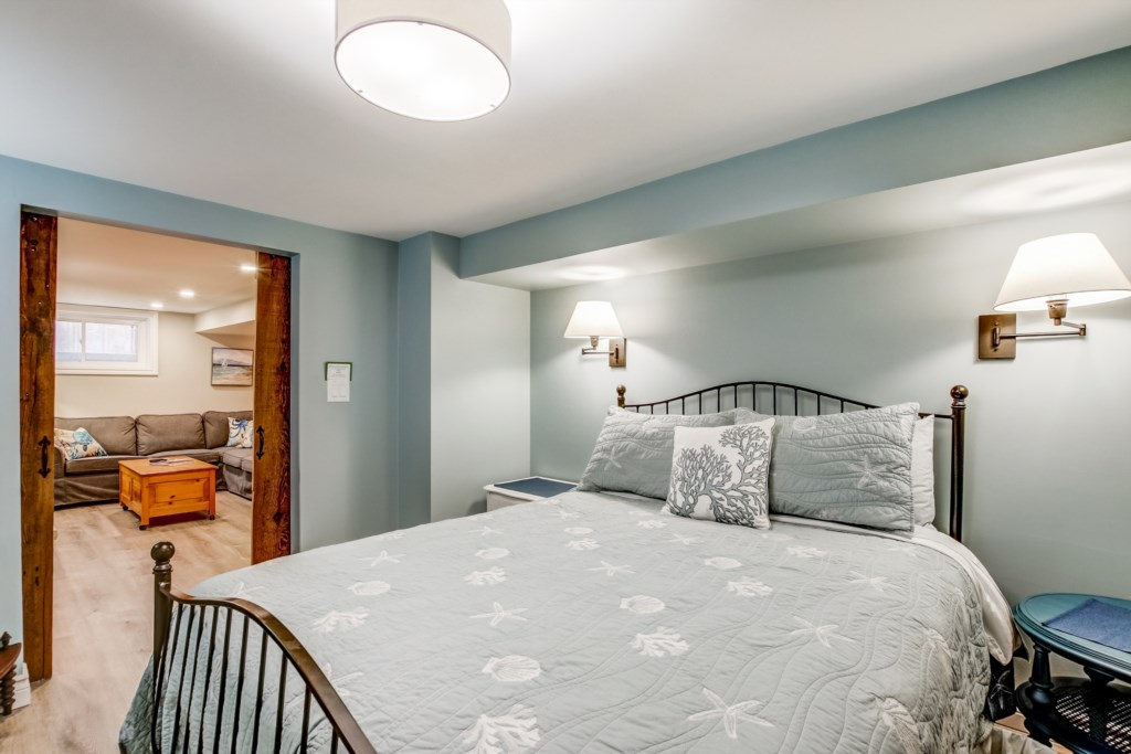 Lower Level Bedroom - Blue Pearl - Niagara Holiday Rentals - Niagara-on-the-Lake