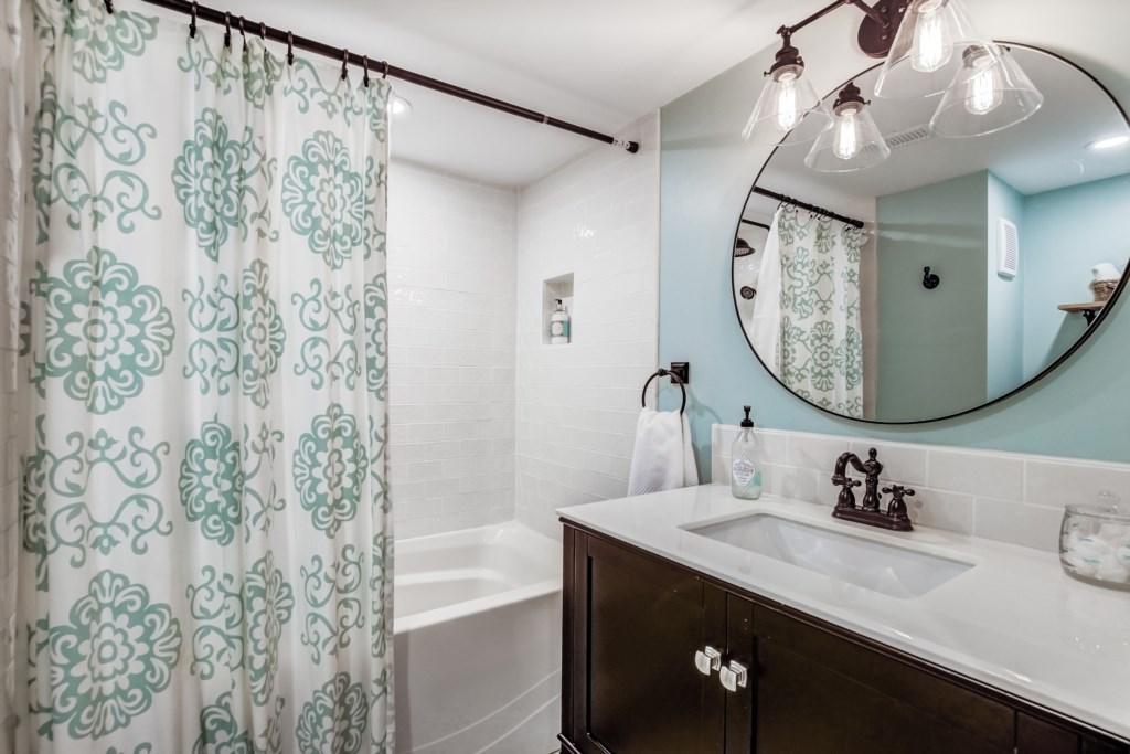 Lower Level Bathroom - Blue Pearl - Niagara Holiday Rentals - Niagara-on-the-Lake