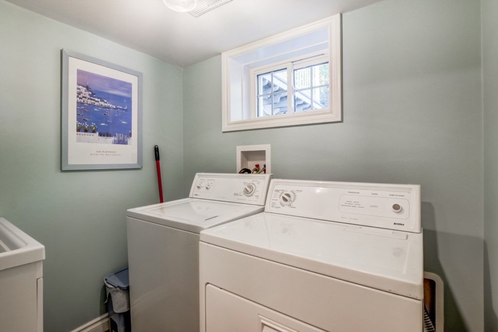 Laundry in lower level - Blue Pearl - Niagara Holiday Rentals - Niagara-on-the-Lake