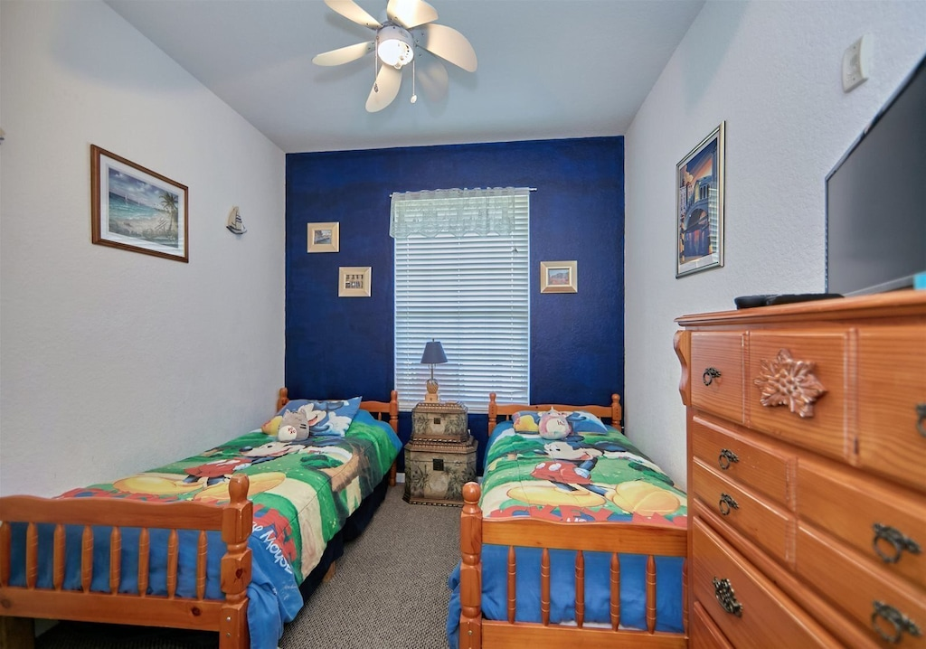 Guest room with 2 twin beds