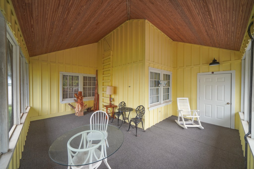Additional view of the screened in porch