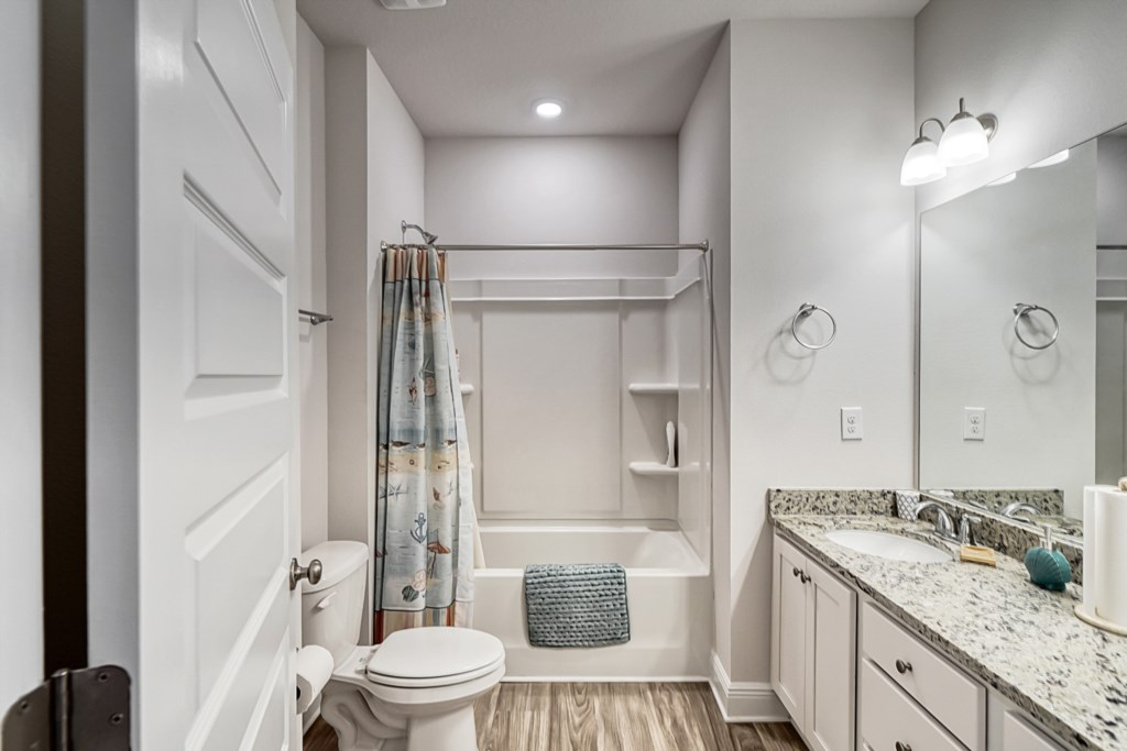 Guests bathroom with shower/tub combo