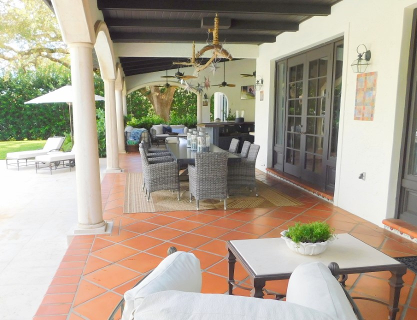IMMENSE OUTDOOR COVERED PATIO