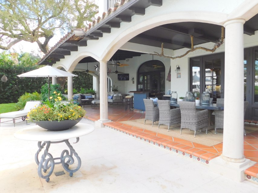 SPECTACULAR OUTDOOR DINING AND LOUNGING HAS TV