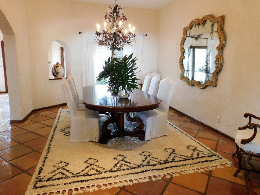 FORMAL DINING ROOM FOR UP TO 10 GUESTS