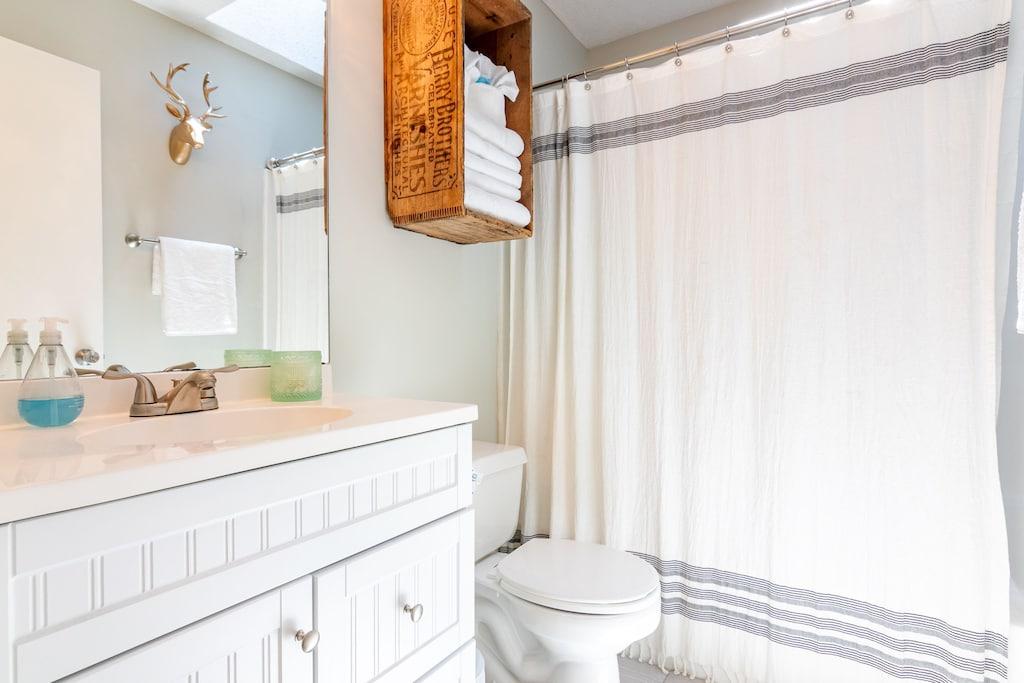 Hall Bath between Bedroom 2 & Bedroom 3