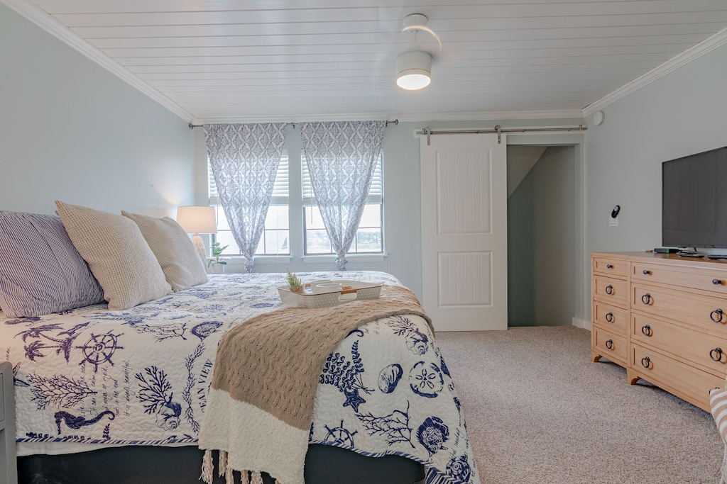Master Bedroom Suite Upstairs - plenty of space & privacy
