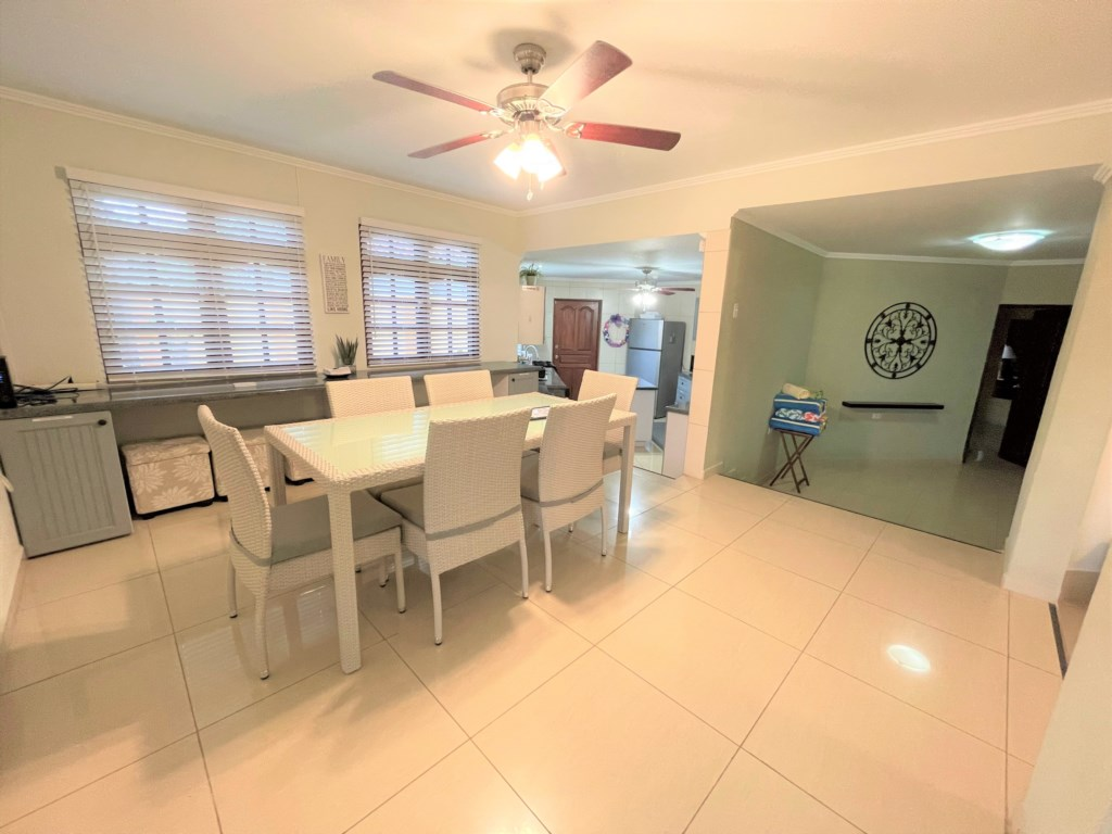 Confortable dining room,seating for 6