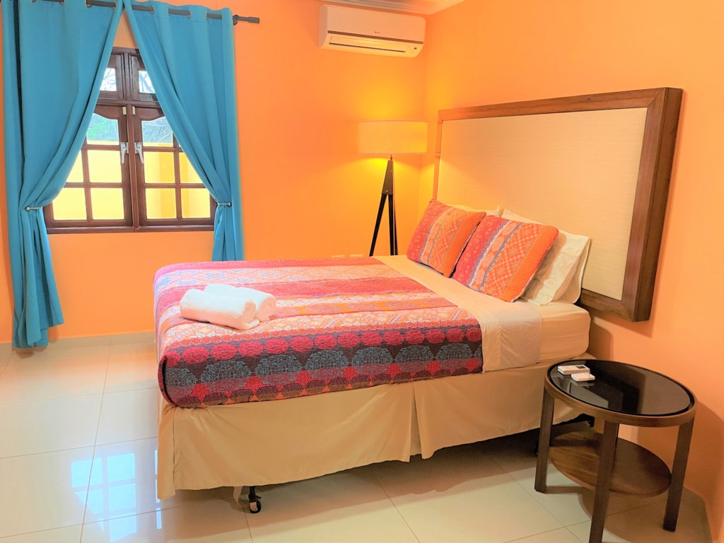 Confortable bedroom with king size bed, ceiling fan, air aconditioner and Tv