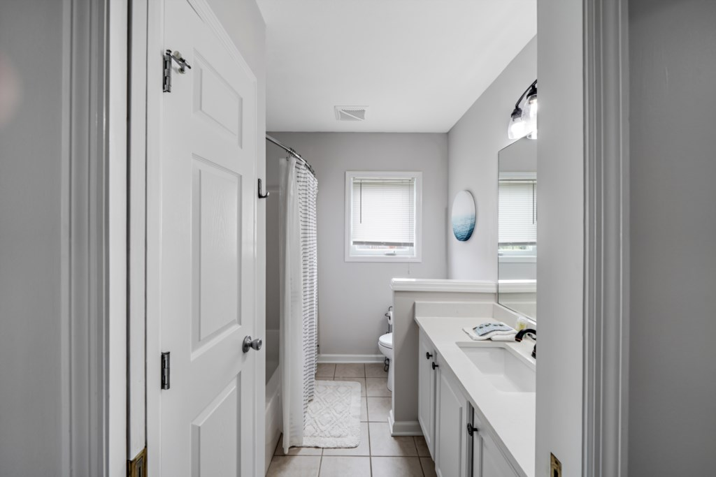 Attached bathroom with shower/tub combination