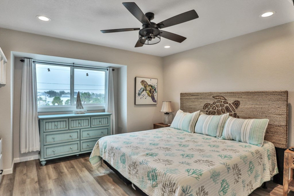 King guest room accommodating 4 with two twin beds; bunk beds