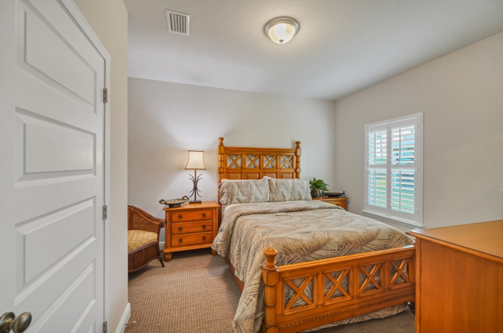 Queen guest room with television